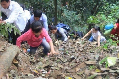 Du khách liều mình trèo núi thắp hương ngày Giỗ Tổ - 12