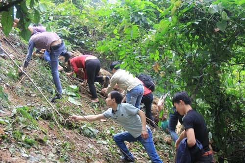 Du khách liều mình trèo núi thắp hương ngày Giỗ Tổ - 9