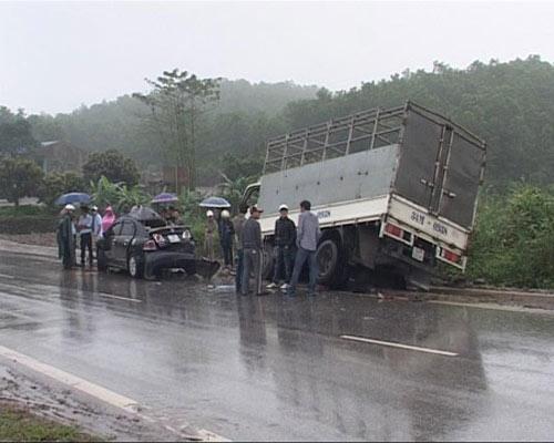 Taxi mất lái đấu đầu xe tải, 6 người thương vong - 1