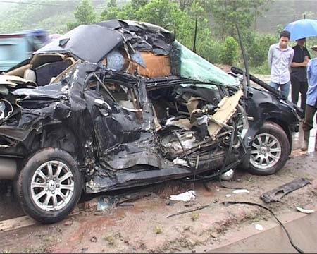 Taxi mất lái đấu đầu xe tải, 6 người thương vong - 2