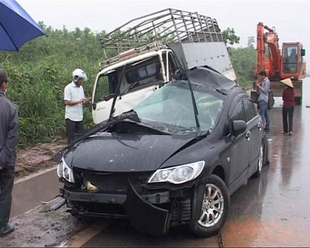 Taxi mất lái đấu đầu xe tải, 6 người thương vong - 3