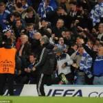 Bóng đá - Lý do Mourinho lao vào sân ăn mừng như điên