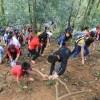 Du khách liều mình trèo núi thắp hương ngày Giỗ Tổ