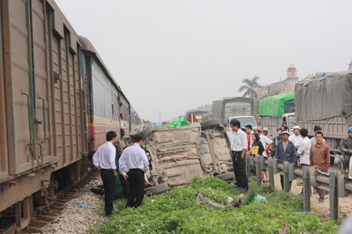 Vượt đường sắt, taxi bị tàu hỏa tông bẹp dúm - 1