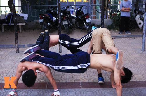 Nghệ sỹ thể dục đường phố trổ tài ở Hà Nội - 1