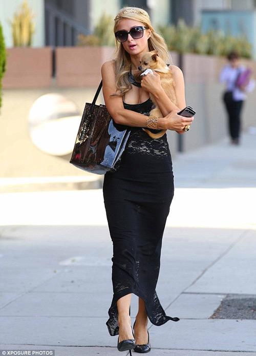 Paris Hilton vô tình hớ hênh vì váy mỏng - 1