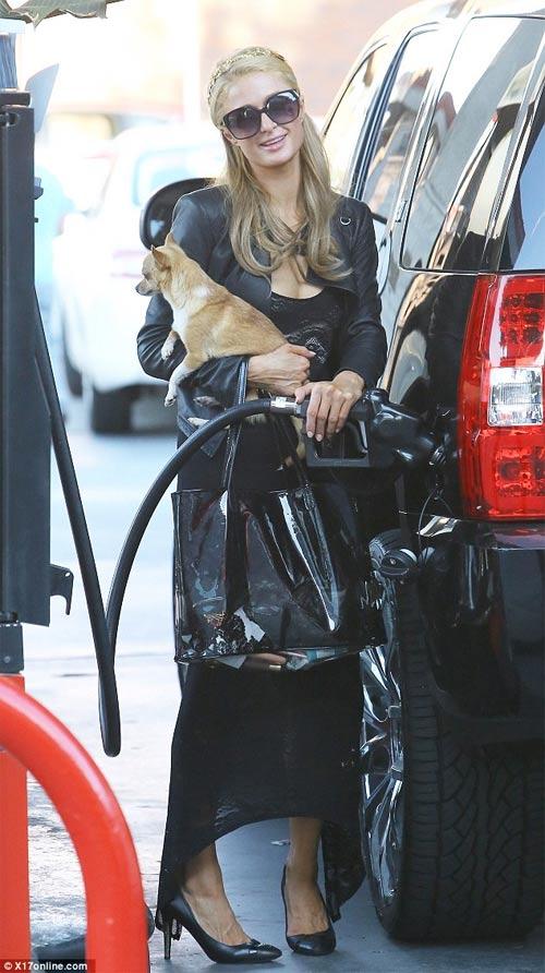Paris Hilton vô tình hớ hênh vì váy mỏng - 3