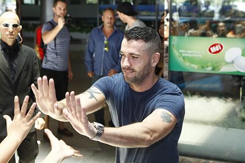 Quán quân The X-Factor Anh bắt tay fan Việt - 3