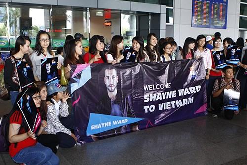 Quán quân The X-Factor Anh bắt tay fan Việt - 15