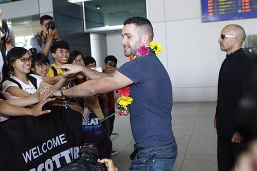 Quán quân The X-Factor Anh bắt tay fan Việt - 5