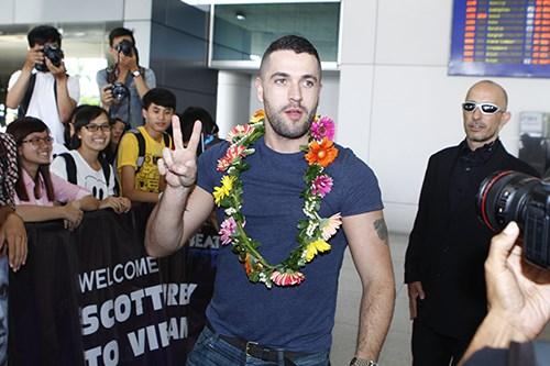 Quán quân The X-Factor Anh bắt tay fan Việt - 8