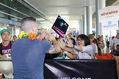 Quán quân The X-Factor Anh bắt tay fan Việt - 6