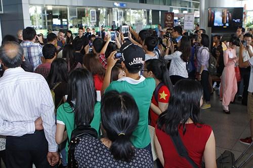 Quán quân The X-Factor Anh bắt tay fan Việt - 14