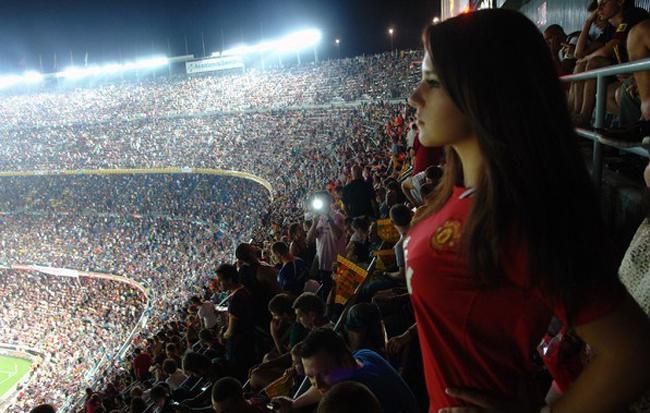 Không hiểu sao lúc em chăm chú xem bóng đá thì xung quanh lại chăm chú xem em?