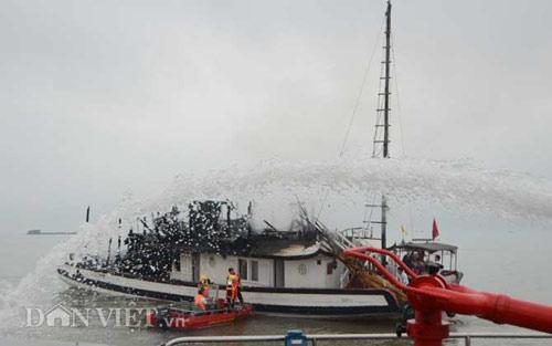 Chùm ảnh: Tàu du lịch bốc cháy mịt mù vịnh Hạ Long - 10