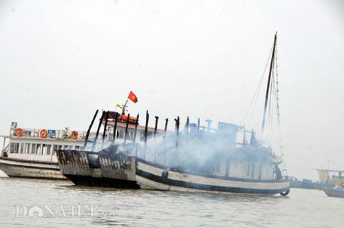 Chùm ảnh: Tàu du lịch bốc cháy mịt mù vịnh Hạ Long - 12