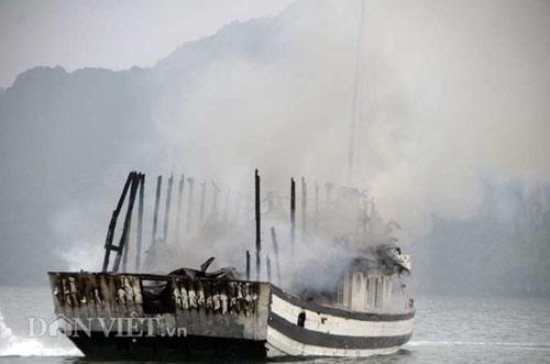 Chùm ảnh: Tàu du lịch bốc cháy mịt mù vịnh Hạ Long - 2