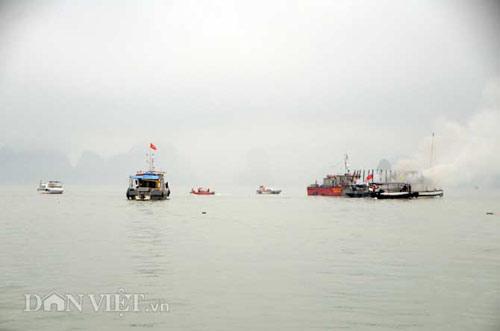 Chùm ảnh: Tàu du lịch bốc cháy mịt mù vịnh Hạ Long - 3