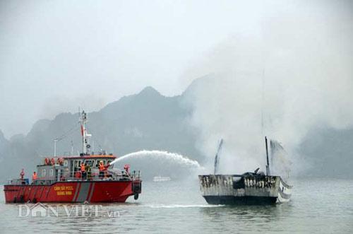 Chùm ảnh: Tàu du lịch bốc cháy mịt mù vịnh Hạ Long - 4