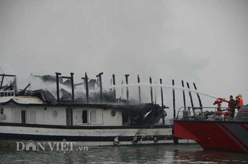 Chùm ảnh: Tàu du lịch bốc cháy mịt mù vịnh Hạ Long - 5