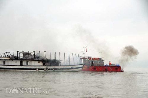 Chùm ảnh: Tàu du lịch bốc cháy mịt mù vịnh Hạ Long - 6