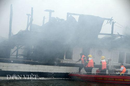 Chùm ảnh: Tàu du lịch bốc cháy mịt mù vịnh Hạ Long - 7