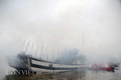 Chùm ảnh: Tàu du lịch bốc cháy mịt mù vịnh Hạ Long - 8