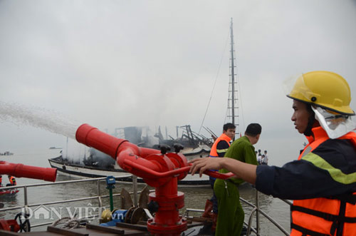 Chùm ảnh: Tàu du lịch bốc cháy mịt mù vịnh Hạ Long - 9