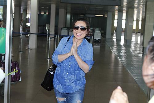 Phi Nhung đón sinh nhật bất ngờ tại sân bay - 1