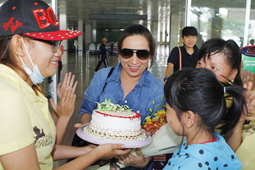 Phi Nhung đón sinh nhật bất ngờ tại sân bay - 5