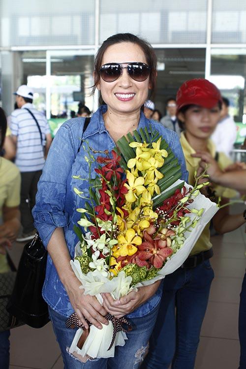 Phi Nhung đón sinh nhật bất ngờ tại sân bay - 10