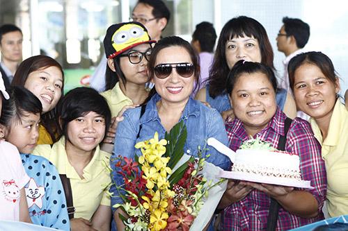 Phi Nhung đón sinh nhật bất ngờ tại sân bay - 9