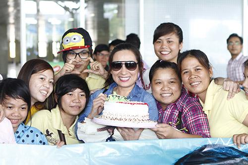 Phi Nhung đón sinh nhật bất ngờ tại sân bay - 6