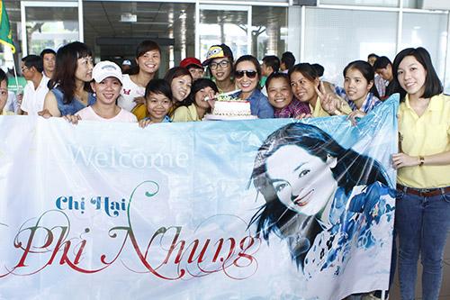 Phi Nhung đón sinh nhật bất ngờ tại sân bay - 7