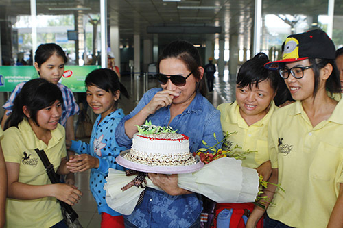 Phi Nhung đón sinh nhật bất ngờ tại sân bay - 4
