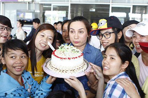 Phi Nhung đón sinh nhật bất ngờ tại sân bay - 8
