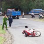 Tin tức trong ngày - Xe tải đi vào đường cấm, tông 2 vợ chồng thương vong