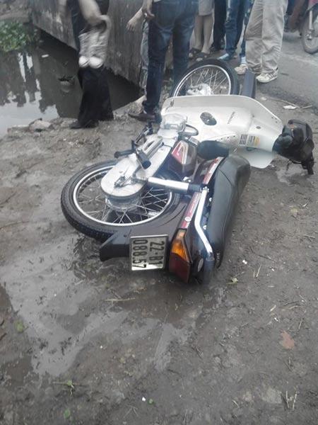 Phát hiện xác chết trong tư thế ngồi lái xe dưới cống - 2