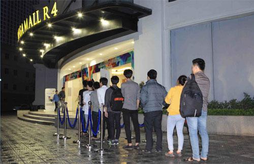 Hàng trăm người đang xếp hàng chờ mua Galaxy S5 - 1