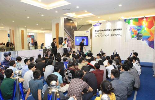 Hàng trăm người đang xếp hàng chờ mua Galaxy S5 - 3