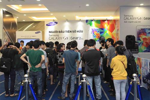 Hàng trăm người đang xếp hàng chờ mua Galaxy S5 - 5