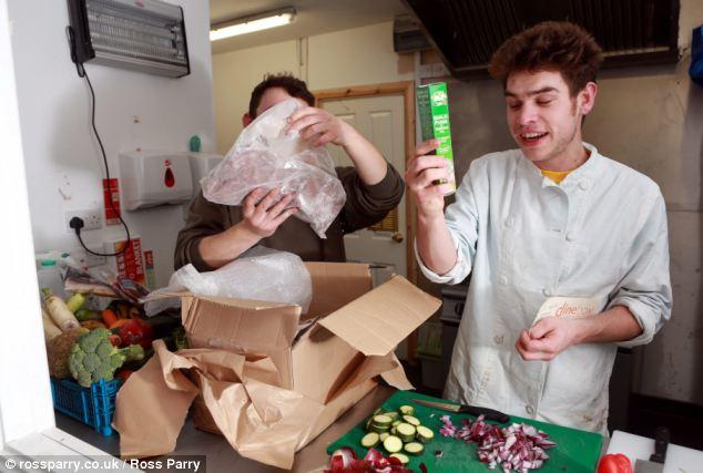 Quán chuyên phục vụ đồ ăn làm từ rác thải - 2