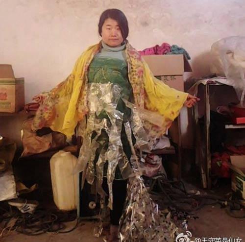 """""""Tiên nữ"""" Trung Quốc nổi tiếng vì đeo rác lên người - 10"""