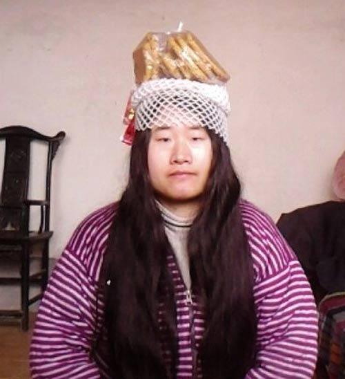 """""""Tiên nữ"""" Trung Quốc nổi tiếng vì đeo rác lên người - 11"""