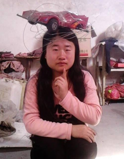 """""""Tiên nữ"""" Trung Quốc nổi tiếng vì đeo rác lên người - 8"""