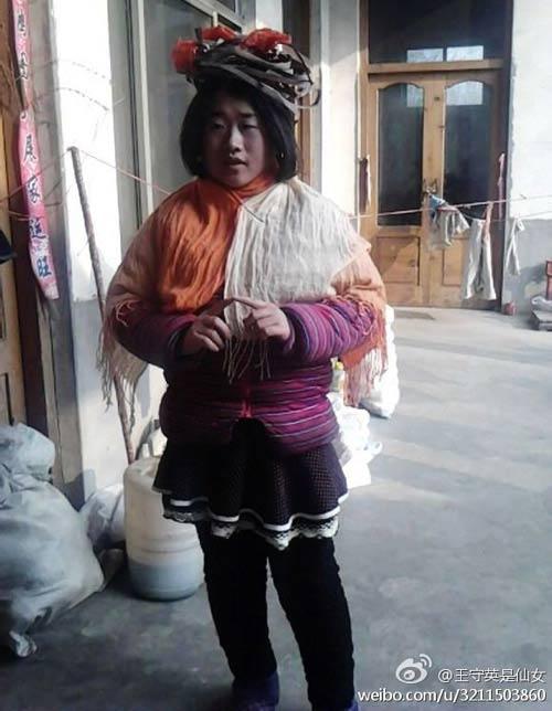 """""""Tiên nữ"""" Trung Quốc nổi tiếng vì đeo rác lên người - 13"""