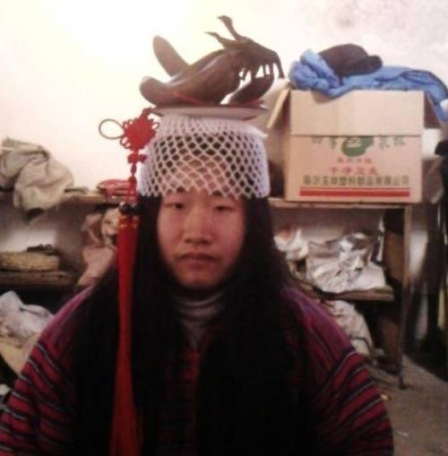 """""""Tiên nữ"""" Trung Quốc nổi tiếng vì đeo rác lên người - 5"""