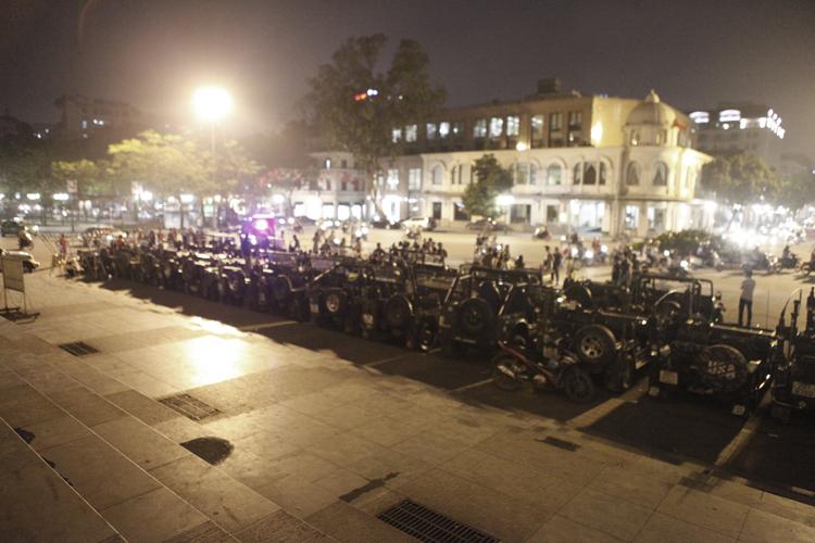 Tối qua (10/4), Hiệp hội Jeep miền Bắc (HJB) đã tổ chức một cuộc diễu hành quanh các con phố tại Hà Nội có quy mô lớn, với số lượng lên đến 33 chiếc Jeep.