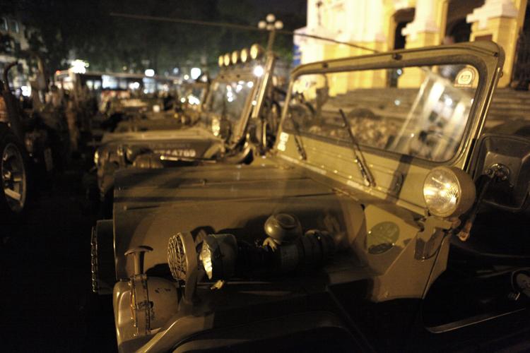 Dàn xe Jeep với số lượng lên đến 33 chiếc cùng tụ hội về sảnh của Nhà hát lớn chuẩn bị cho cuộc diễu hành khá quy mô và có tổ chức.