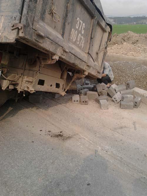 Xe tải văng bánh ra đường khi đang lưu thông - 1
